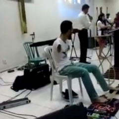 Un guitarrista ¿sin manos?